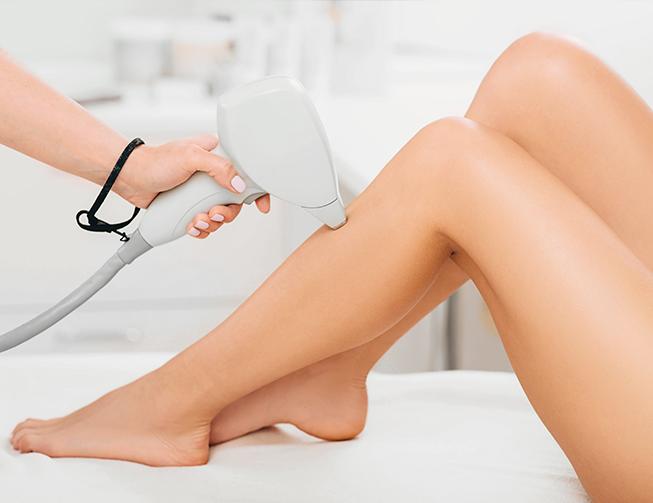 Profissional realizando depilação definitiva em perna de cliente